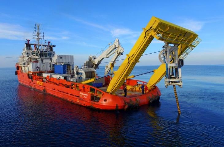 schip legt onderzeese kabel aan